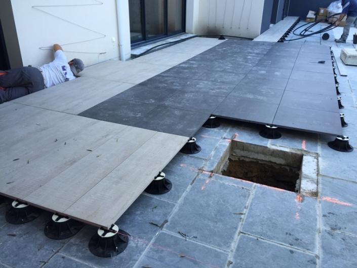 Terrasse sur plots en cours de travaux