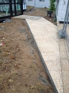 Rampe PMR en béton balayé pour accès de bureaux à Nantes